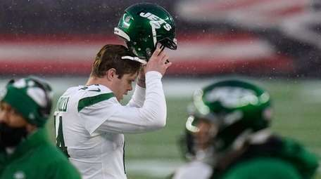 Jets quarterback Sam Darnold reacts after throwing an
