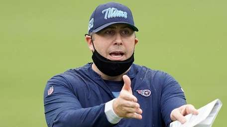 Tennessee Titans offensive coordinator Arthur Smith during training