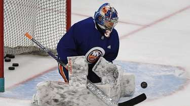 New York Islanders goaltender Ilya Sorokin keeps his