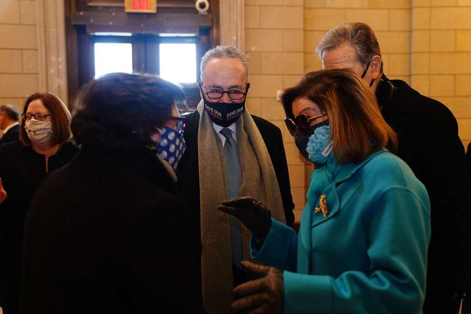 Speaker of the House Nancy Pelosi (R) and