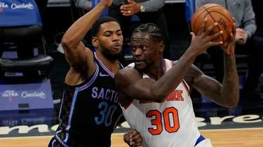 Knicks forward Julius Randle, right, drives to the
