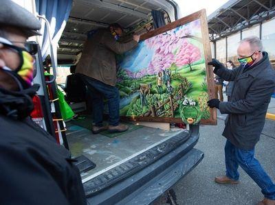 Joe Sledge, of the Northport VA, helps unload