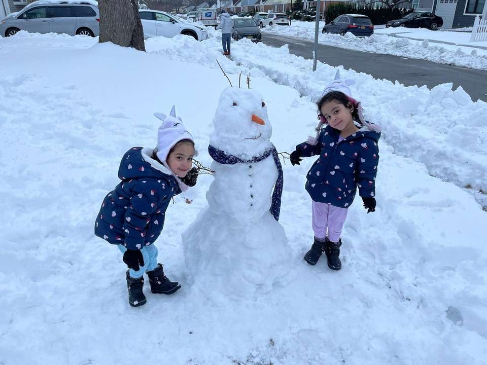 Twins building snowman (Noreaster 2021)
