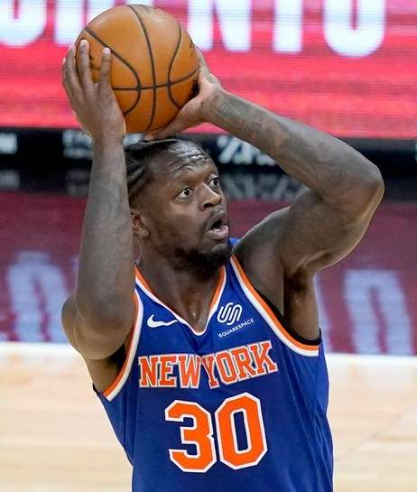 The Knicks' Julius Randle shoots over Chicago's Thaddeus