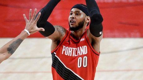 Trail Blazers forward Carmelo Anthony, right, hits a