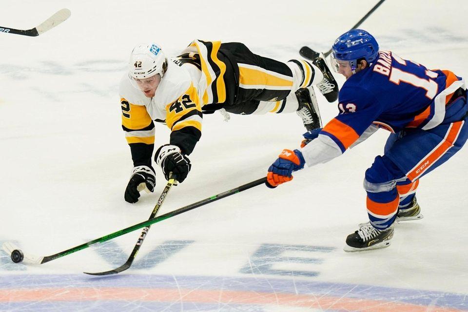 Pittsburgh Penguins' Kasperi Kapanen (42) fights for control