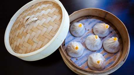 Steamed crabmeat and pork soup buns are served