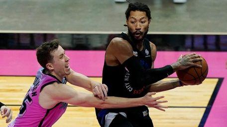Knicks guard Derrick Rose looks to pass the