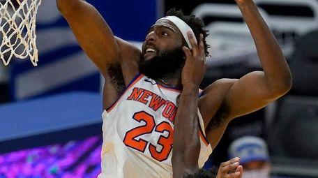 Knicks center Mitchell Robinson dunks over Golden State