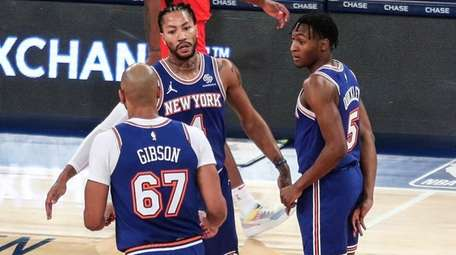 Knicks guard Derrick Rose, rear, is greeted by