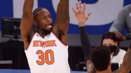 The Knicks' Julius Randle shoots over Atlanta Hawks'