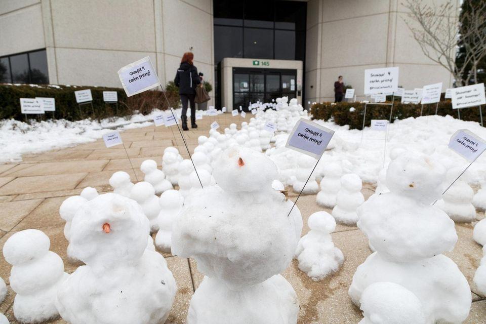 500+ snowmen appeared outside the office of Senator