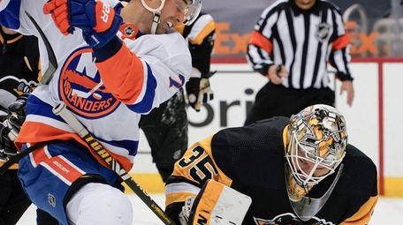 New York Islanders' Jordan Eberle (7) looks to