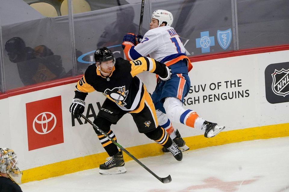 New York Islanders' Matt Martin, right, hits the