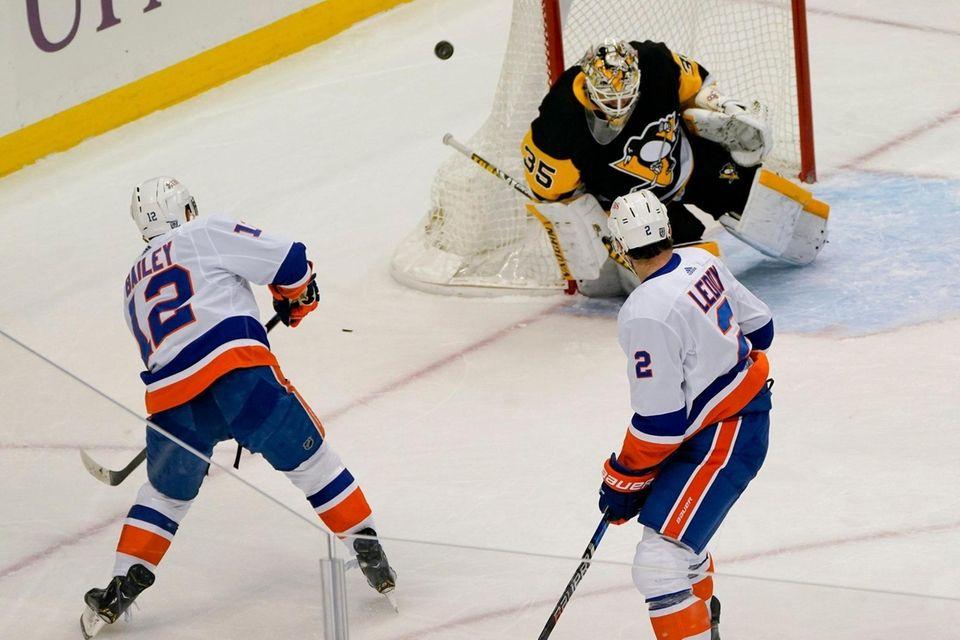 Pittsburgh Penguins goaltender Tristan Jarry (35) stops a