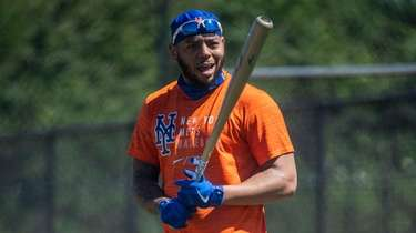 Mets leftfielder Dominic Smith gets ready for batting