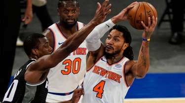 Knicks guard Derrick Rose shoots against Kings forward