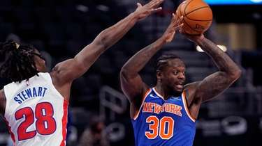Knicks forward Julius Randle (30) passes as Detroit