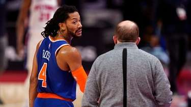 New York Knicks guard Derrick Rose (4) talks