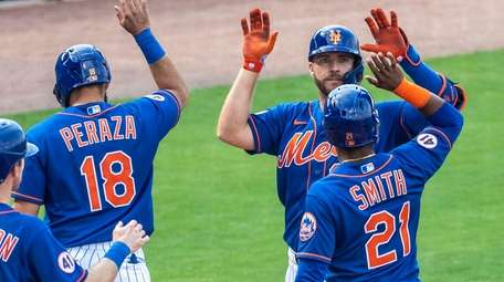 The Mets' Pete Alonso celebrates with his teammates