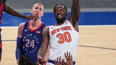 Knicks forward Julius Randle puts up a hook