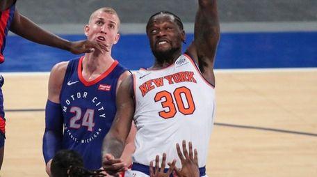 Knicks forward Julius Randle puts up a hook