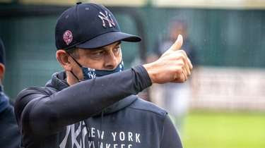 Yankees manager Aaron Boone give a thumbs-up during
