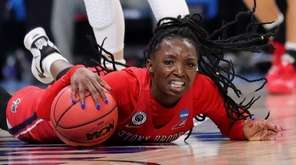 Asiah Dingle of the Stony Brook Seawolves chases