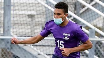 OceansideÕs Dan Santos (15) passes the ball against