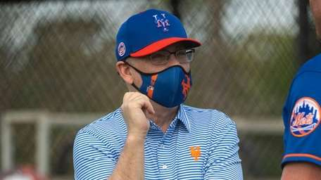 Mets owner Steve Cohen chats during a spring