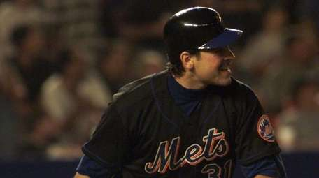Mets Mike Piazza watches his homer in the