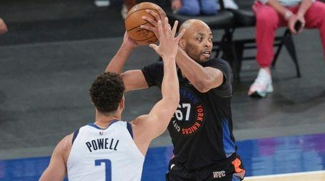 Knicks center Taj Gibson is defended by Mavericks