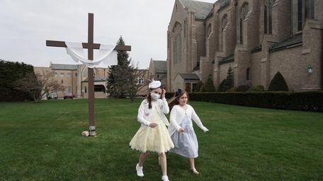 Caroline Lennon, 8, left, and Isabella Morzillo, 6,