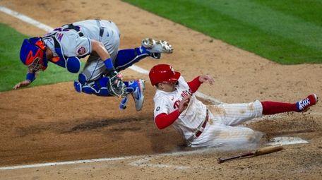 Phillies first baseman Rhys Hoskins scores on an
