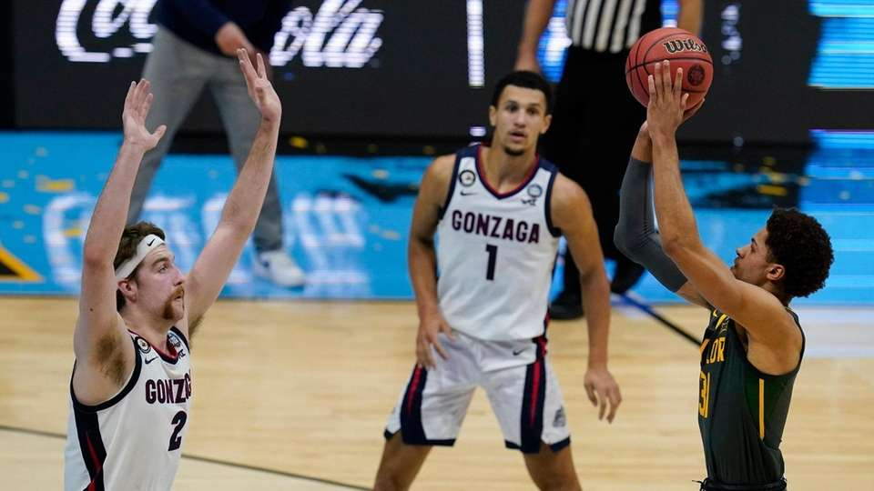 Baylor guard MaCio Teague, right, shoots over Gonzaga