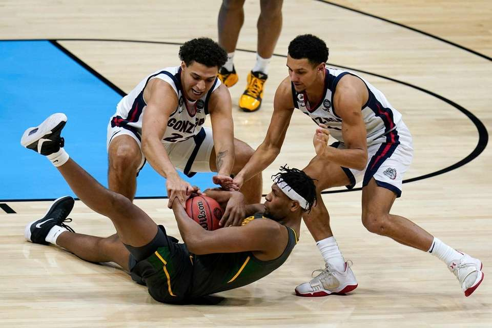 Baylor forward Flo Thamba, center, fights for a