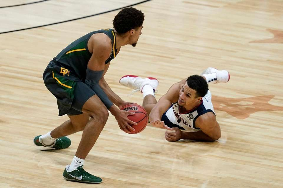 Baylor guard MaCio Teague, left, picks up a