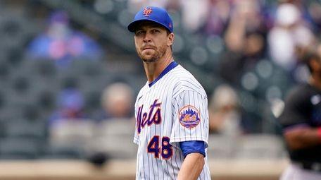Mets starting pitcher Jacob deGrom (48) walks off