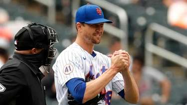 Jacob deGrom #48 of the Mets talks with