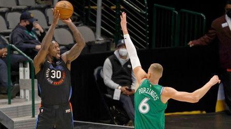 New York Knicks forward Julius Randle (30) attempts
