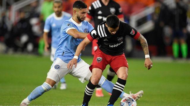 Junior Moreno #5 of D.C. United dribbles the