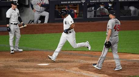 Yankees' Aaron Hicks scores on a wild pitch