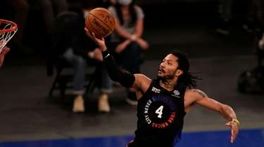 Knicks guard Derrick Rose drives to the basket