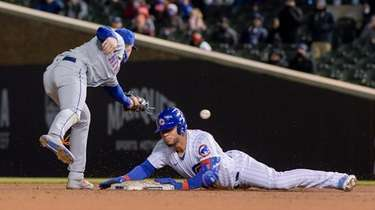 Mets second baseman Jeff McNeil (6) misses the