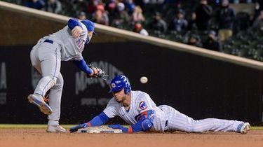 Mets second baseman Jeff McNeil (6) misses the