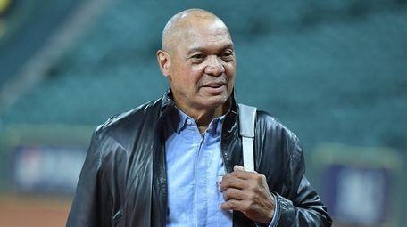 Yankees great Reggie Jackson walks the field as
