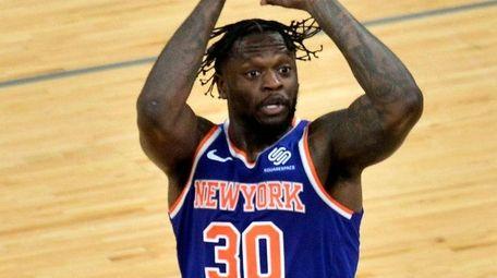 Knicks forward Julius Randle shoots against Grizzlies forward