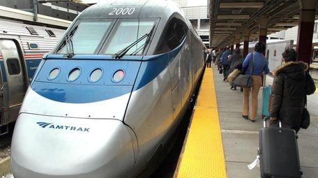 Pasajeros en Boston caminan hasta el tren Acela