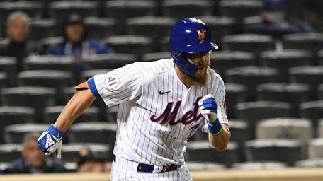 Mets pinch hitter Patrick Mazeika runs to first