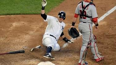 Yankees' DJ LeMahieu scores the winning run on